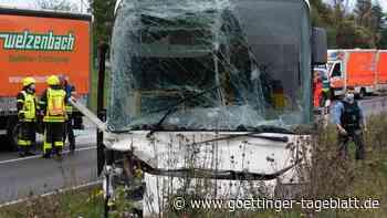 Bus mit 34 Kindern an Bord verunglückt in Frankfurt – mehr als 20 Verletzte