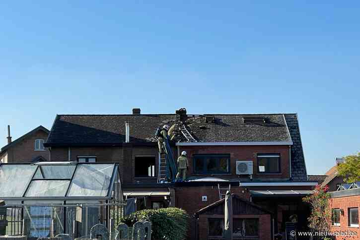 Isolatie onder dak vat vuur tijdens werken