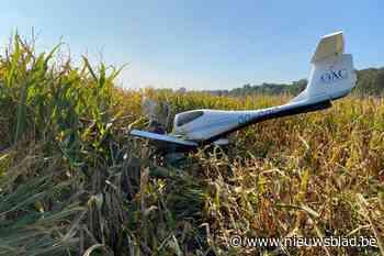 Vliegtuig maakt noodlanding in maïsveld Oedelem, inzittenden... (Beernem) - Het Nieuwsblad