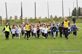 Leerlingen trotseren weer en wind tijdens scholenveldloop (Linter) - Het Nieuwsblad