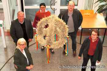 Erntekrone der LandFrauen Alfeld schmückt Foyer des Kreishauses - Hildesheimer Presse