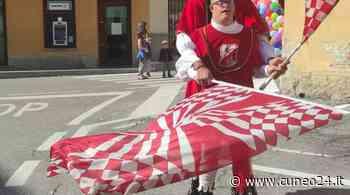Sbandieratori e musici di Borgo San Martino Saluzzo alla Sagra d'Autunno di Piasco - Cuneo24