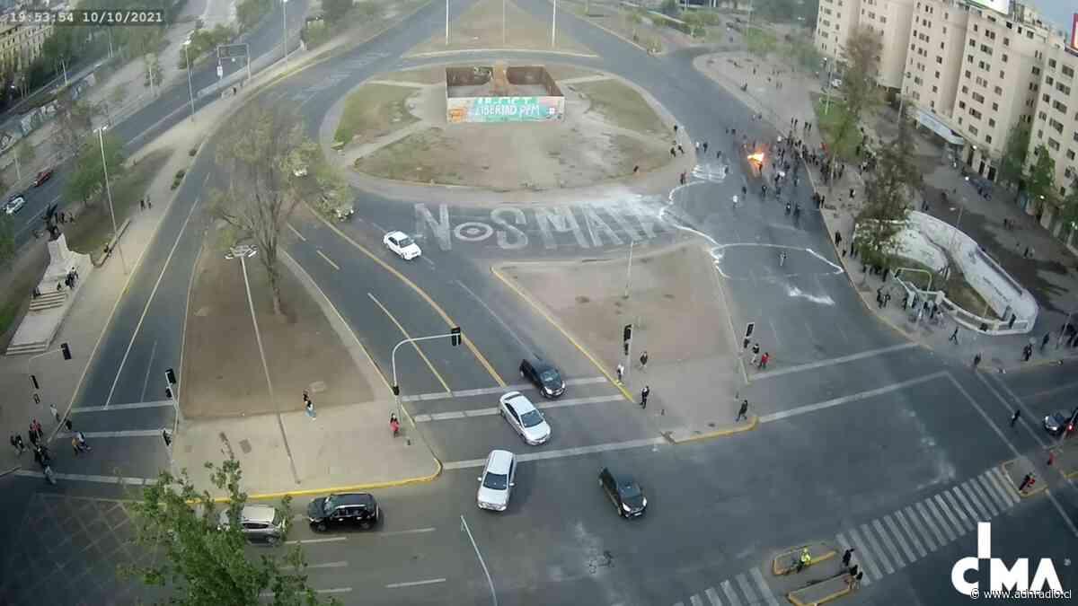 Se realiza nueva protesta en Plaza Italia: estación Baquedano permanece cerrada y hay barricadas en el sector - ADN Chile