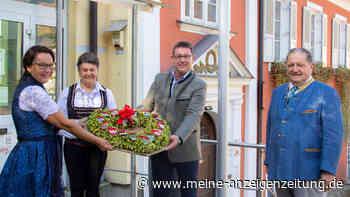 Mainburg: Zum zehnjährigen Jubiläum gibt es ein Hopfenherz statt einem Kranz - Der Ehrenplatz ist im Sitzungssaal