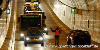 Frau steigt für ein Foto mitten im Wesertunnel aus dem Auto