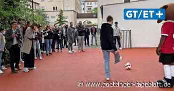 Pfarrer segnet neuen Bolzplatz beim Jugendzentrum Tabor