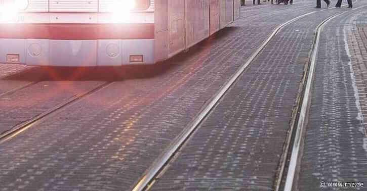 Mannheim:  Fahrbahn und Gleise nach Unfall blockiert
