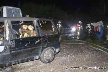 Caravan, minibus en wagen uitgebrand bij depanneur