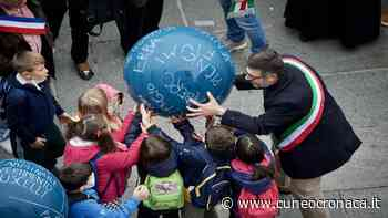 """A Saluzzo suggestivo flash mob dei bambini a sostegno di """"Capitale della cultura 2024"""" - Cuneocronaca.it - Cuneocronaca.it"""