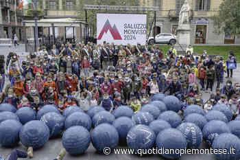 Flash mob con oltre 800 bimbi e bimbe, Saluzzo festeggia la candidatura a Capitale italiana della cultura 2024 - Quotidiano Piemontese