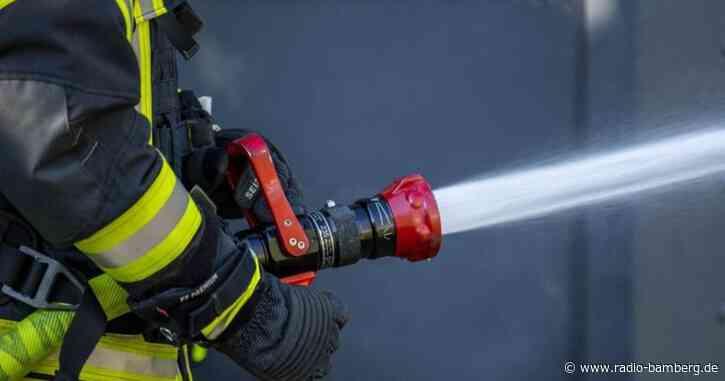Tonne an Flüchtlingsheim brennt: Polizei fahndet nach Duo