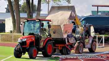 Jahnstadion Oschersleben: Über 100 Tonnen Quarzsand werden aufgebracht - Volksstimme