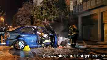 Auto steht in einer Tiefgarageneinfahrt in Flammen