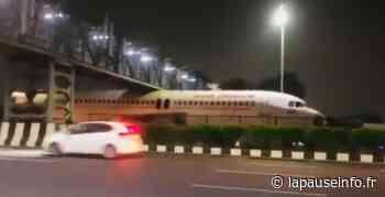 Inde : un camion transportant un avion se coince sous une passerelle sur l'autoroute - La Pause Info