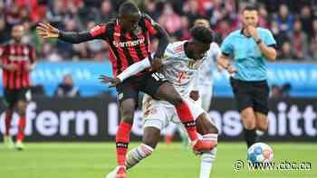 Alphonso Davies injures hamstring in Bayern Munich blowout win over Bayer Leverkusen