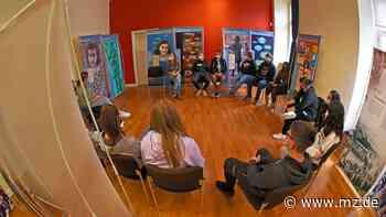 Schüler führen Klassen durch Wanderausstellung über Anne Frank in Aschersleben - Mitteldeutsche Zeitung