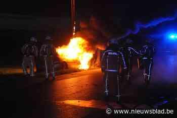 Wagen brandt volledig uit nadat twintigjarige man op paal botst aan Dodengang, bestuurder kan ontsnappen