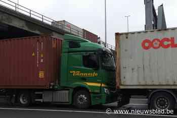 Vrachtwagen rijdt in op voorligger: bestuurder lichtgewond