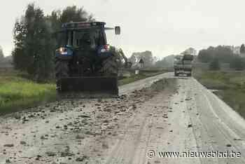 Veel modder op de weg maar landbouwers maken zelf baan vrij