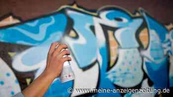 Hakenkreuze gesprüht: Unbekannte beschmieren U-Bahnhaltestelle mit Graffitis