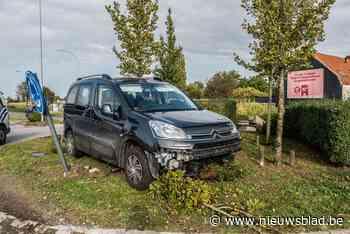 Man wordt onwel en rijdt met Citroën op rotonde