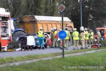 Tractor knalt tegen wagen in staart van file, hulpdiensten moeten bestuurder bevrijden