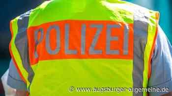 Zwei betrunkene junge Frauen gehen auf Polizeistreife los