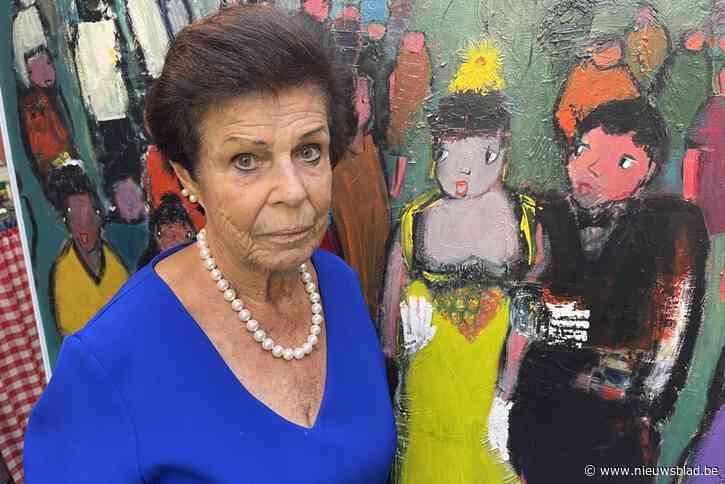 """Nini nodigt iedereen uit tussen de schilderijen van haar overleden man: """"Door corona kreeg hij geen waardig afscheid"""""""