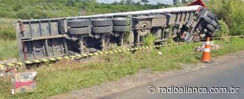 Caminhão com placas de Concórdia tomba em Ponta Grossa e carga é saqueada - Rádio Aliança 750khz