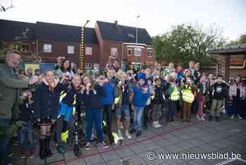 Schoolkinderen in uniform van jeugdbeweging ontvangen embleempje