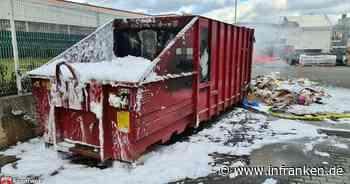 Bamberg: Feuerwehreinsatz am Laubanger - Papiercontainer in Flammen