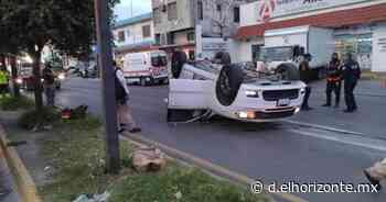 Se pasa rojo y provoca aparatosa volcadura en el centro de Monterrey - El Horizonte