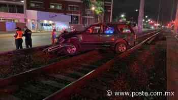 Vuelca camioneta en vías del tren en Monterrey; hay 4 lesionados - POSTA