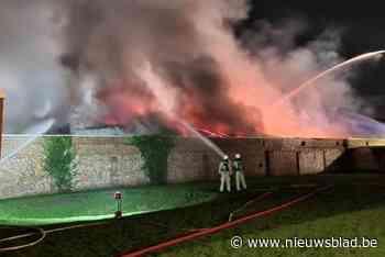 """Stukadoor Bram (32) ziet materiaal in vlammen opgaan bij hevige brand in loods: """"Dit is een ferme tegenslag"""""""