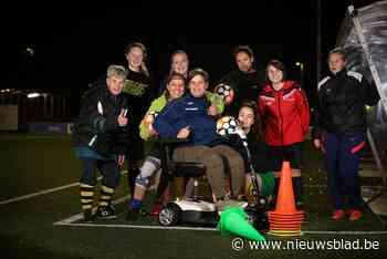"""Alleenstaande mama Mieke (26) belandt in rolstoel na misstapje tijdens voetbalmatch: """"Zelfs specialisten begrijpen het niet"""""""