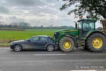Tractor rijdt in op auto in Spouwen
