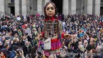 "Nach langer Reise durch Europa: Flüchtlingspuppe ""Little Amal"" in London angekommen"