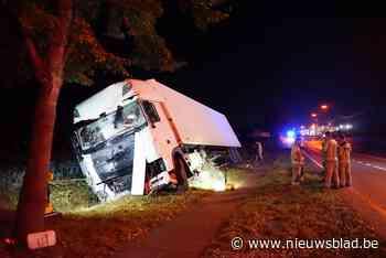 Vrachtwagenchauffeur valt in slaap en beukt rij bomen omver