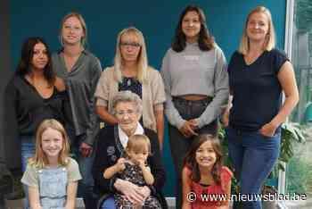 Jarige oma Marie-Louise (90) viert vijf viergeslachten (Zelzate) - Het Nieuwsblad