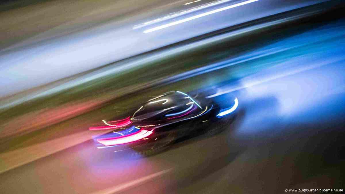 Illegales Autorennen auf A96: Roter Porsche und gelber Lamborghini gesucht