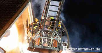 Brand im Kreis Bamberg: Feuerwehr mit Drehleiter im Einsatz