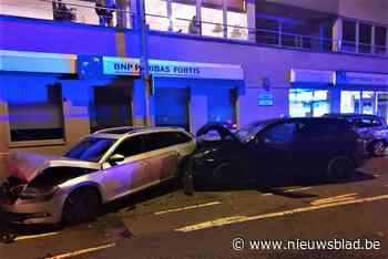 Wagens zwaar beschadigd nadat vrouw rechtdoor op rotonde rijdt