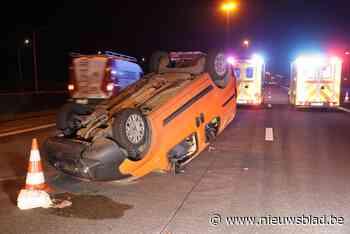 Bestuurder van bestelwagen gaat over de kop: twee gewonden na ongeval op E17