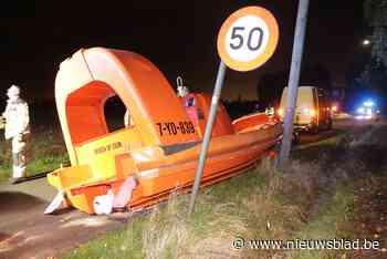 """Speedboot valt van trailer en belandt op de weg: """"We mogen er niet aan denken dat dit op de snelweg gebeurd zou zijn"""""""