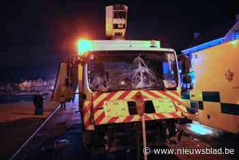 Vrachtwagenbestuurder wordt onwel en ramt paaltjes en muur<BR />