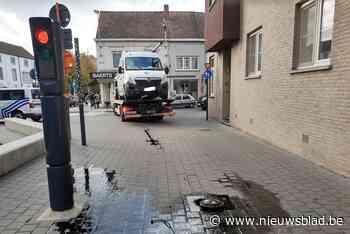 Bestuurder bestelwagen rijdt tegen verzinkbaar paaltje