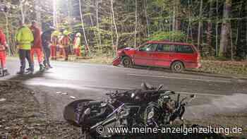 Motorradfahrer rutscht auf Gegenfahrbahn und kracht in Auto: 16-Jähriger stirbt noch vor Ort