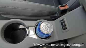 Krümel und Staub im Getränkehalter im Auto? Mit diesem genialen Trick bekommen Sie ihn wieder sauber