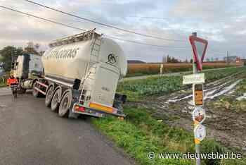 Op twee plaatsen belanden vrachtwagens in gracht