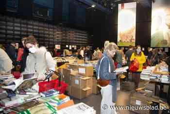 Boekenverkoop in openbare bibliotheek trekt pak volk